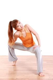 体操をする女性の写真素材 [FYI00035918]
