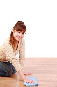 掃除をする女性の写真素材 [FYI00035920]