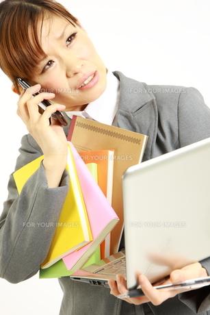 忙殺されるビジネスウーマンの写真素材 [FYI00035986]