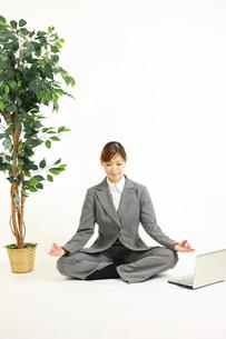 リラックスするビジネスウーマンの写真素材 [FYI00035991]