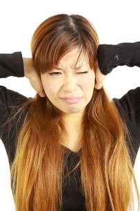 騒音に耐える女性の写真素材 [FYI00035992]