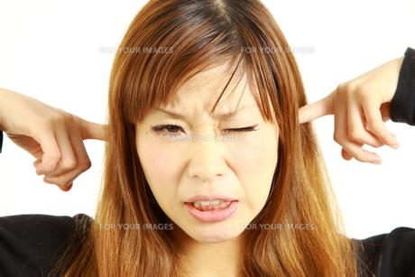 騒音に耐える女性の写真素材 [FYI00035996]