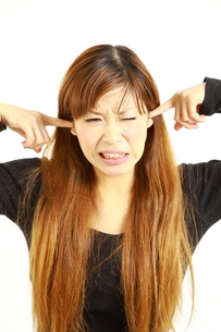 騒音に耐える女性の写真素材 [FYI00035998]