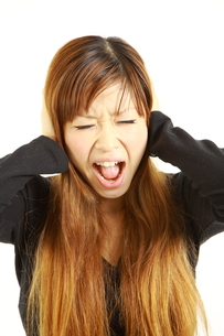 騒音のストレスで発狂する女性の写真素材 [FYI00036000]