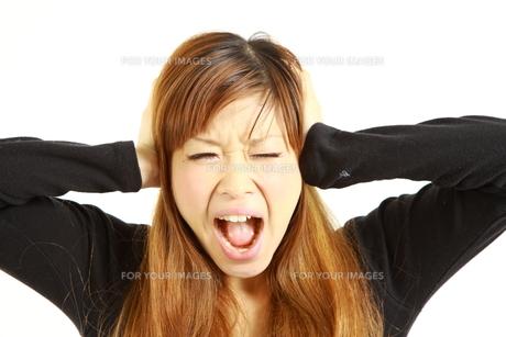 騒音のストレスで発狂する女性の写真素材 [FYI00036005]