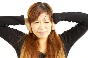 騒音に耐える女性の写真素材 [FYI00036020]