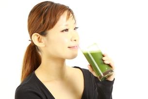 青汁を飲む女性の写真素材 [FYI00036042]