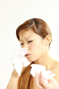 アレルギー性鼻炎に苦しむ女性の写真素材 [FYI00036044]