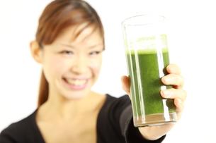 青汁を飲む女性の写真素材 [FYI00036048]