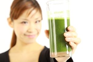 青汁を飲む女性の写真素材 [FYI00036057]