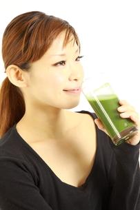 青汁を飲む女性の写真素材 [FYI00036058]