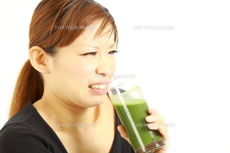 青汁を飲む女性の写真素材 [FYI00036059]