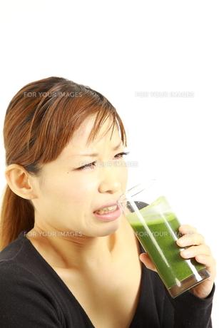 青汁を飲む女性の写真素材 [FYI00036060]