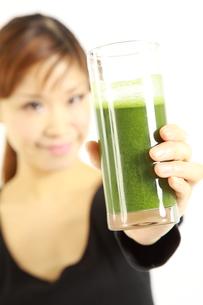 青汁を飲む女性の写真素材 [FYI00036061]