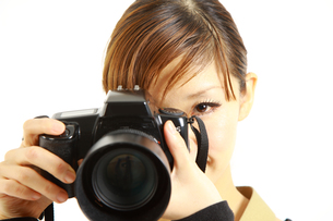 女性カメラマンの写真素材 [FYI00036076]