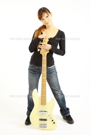 5弦ベースを持つ女性の写真素材 [FYI00036089]