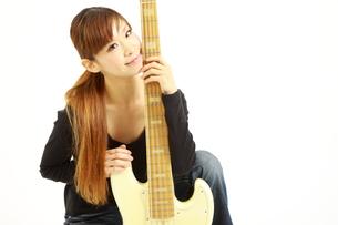 5弦ベースを持つ女性の写真素材 [FYI00036090]
