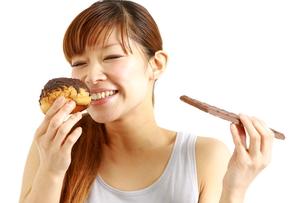 食いしん坊の女性の写真素材 [FYI00036100]
