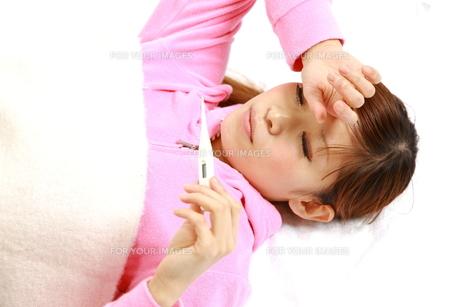 病気で寝込む女性の写真素材 [FYI00036113]