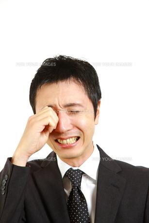 悲しむビジネスマンの写真素材 [FYI00036125]