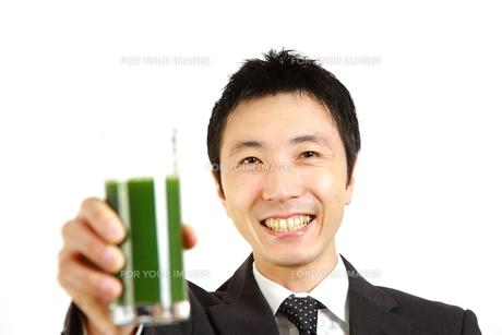 青汁を飲むビジネスマンの写真素材 [FYI00036126]