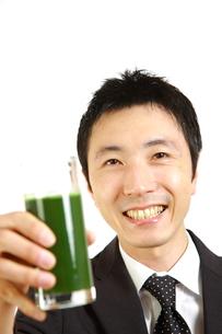 青汁を飲むビジネスマンの写真素材 [FYI00036127]