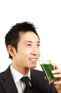 青汁を飲むビジネスマンの写真素材 [FYI00036133]