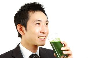 青汁を飲むビジネスマンの写真素材 [FYI00036134]