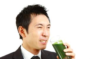 青汁を飲むビジネスマンの写真素材 [FYI00036138]