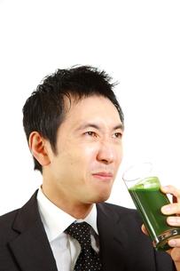 青汁を飲むビジネスマンの写真素材 [FYI00036142]
