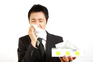 アレルギー性鼻炎に苦しむビジネスマンの写真素材 [FYI00036144]
