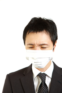マスクをするビジネスマンの写真素材 [FYI00036145]