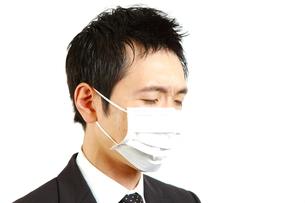 マスクをするビジネスマンの写真素材 [FYI00036151]