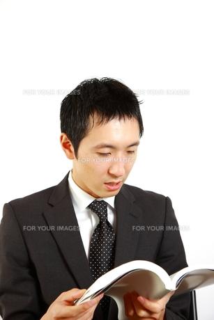 資料を読むビジネスマンの写真素材 [FYI00036153]