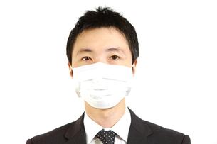 マスクをするビジネスマンの写真素材 [FYI00036157]
