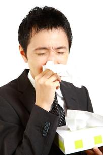 アレルギー性鼻炎に苦しむビジネスマンの写真素材 [FYI00036158]