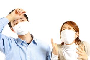 アレルギー性鼻炎に苦しむカップルの写真素材 [FYI00036176]