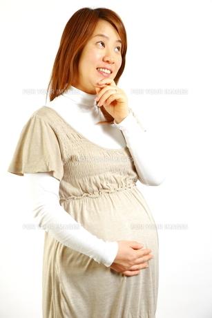 考え事をする妊婦の写真素材 [FYI00036183]