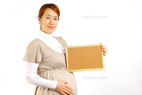 メッセージボードを持つ妊婦の写真素材 [FYI00036184]