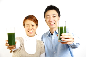 青汁を飲むカップルの写真素材 [FYI00036190]