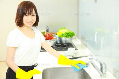 キッチンを掃除する女性の写真素材 [FYI00036192]
