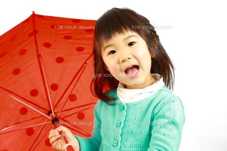 赤い傘をさす女の子の写真素材 [FYI00036193]