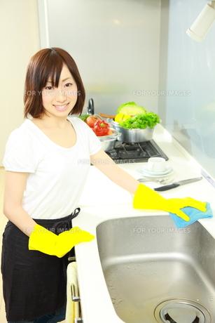 キッチンを掃除する女性の写真素材 [FYI00036198]