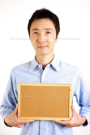 メッセージボードを持った真顔の男性の写真素材 [FYI00036200]