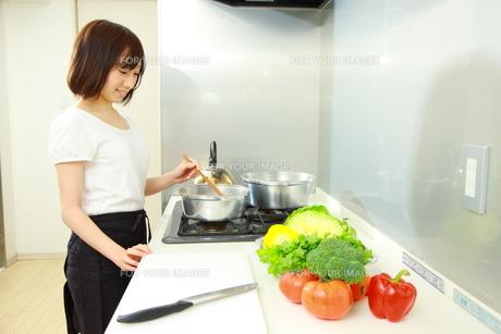 料理をする女性の写真素材 [FYI00036202]