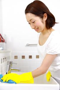洗面所を掃除する女性の写真素材 [FYI00036207]