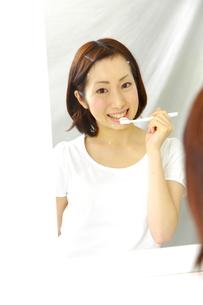 歯を磨く女性の写真素材 [FYI00036208]
