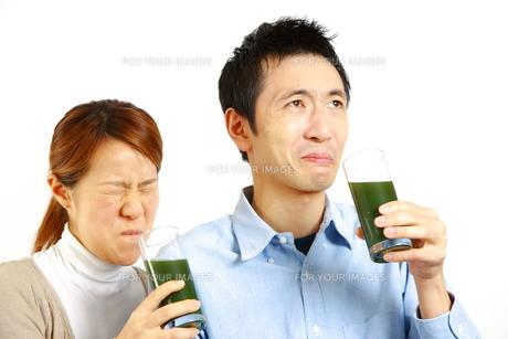 青汁を飲むカップルの写真素材 [FYI00036212]