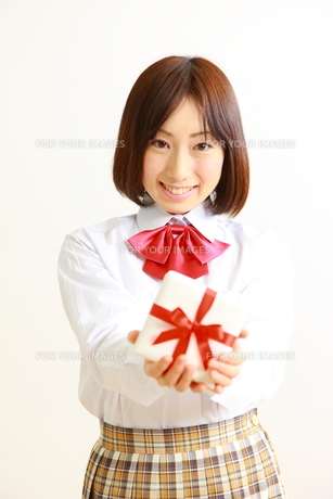 プレゼントを持つ女子高生の写真素材 [FYI00036219]