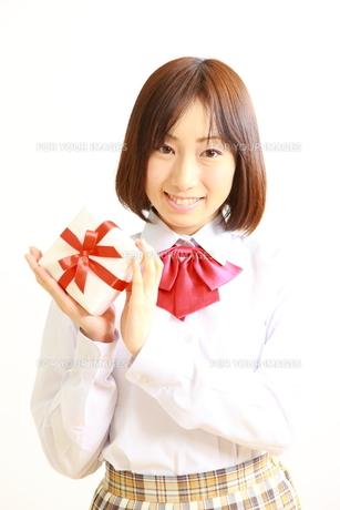 プレゼントを持つ女子高生の写真素材 [FYI00036220]